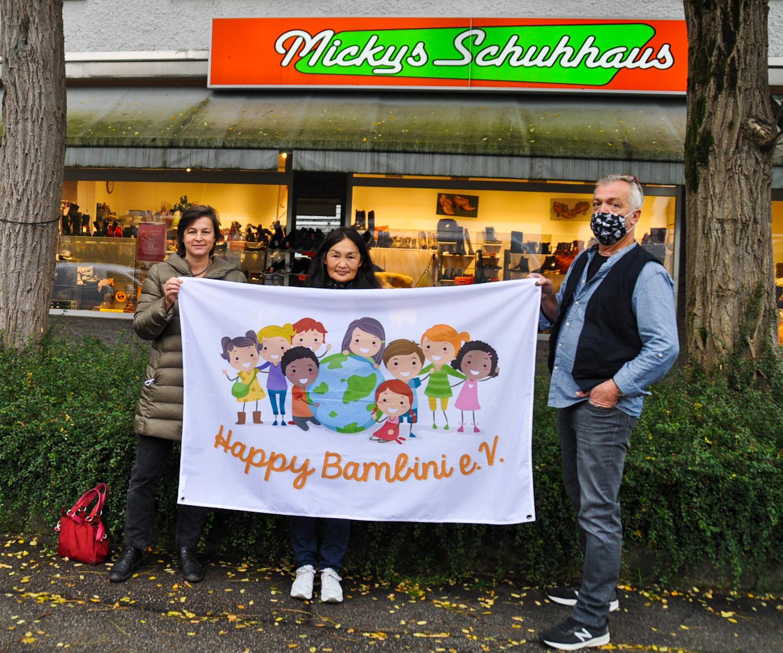 Happy Bambini vor Mickys Schuhhaus